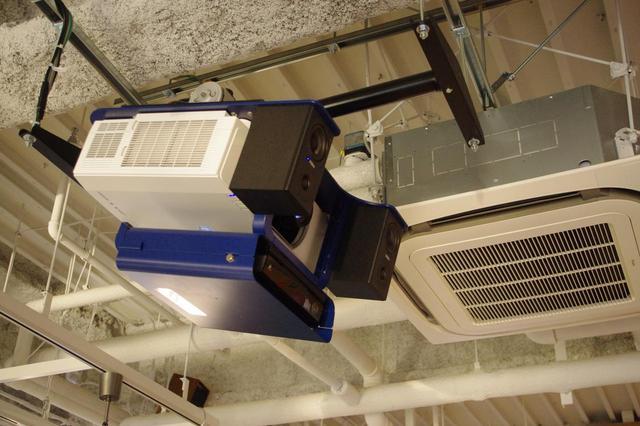 画像: 壁に映写するプロジェクター