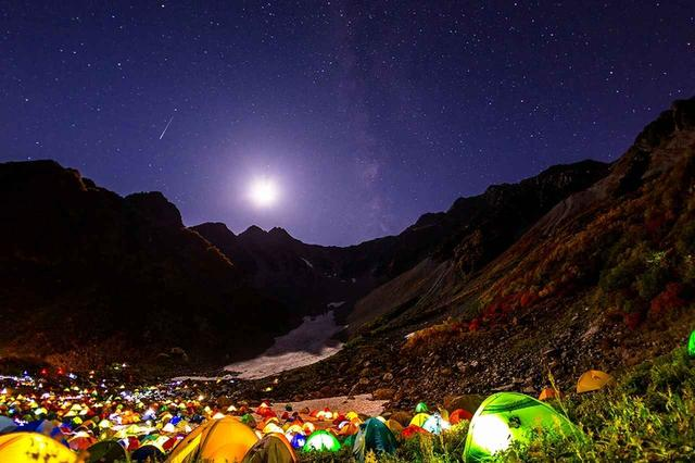 画像: テントの灯りと星月夜