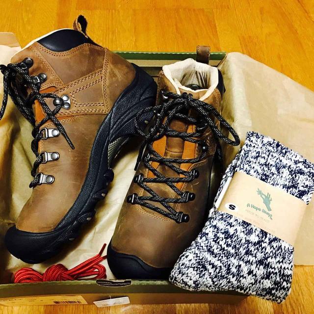 画像: 登山靴はKEENです。靴底を手で押してもビクともしないので、森林限界より上の岩場・ガレ場も心配無し♪