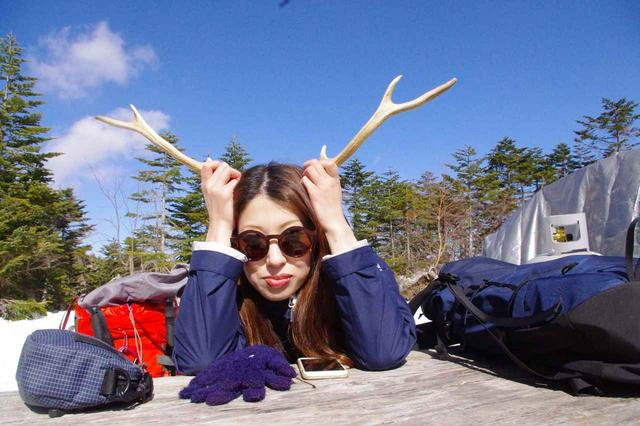 画像: 休憩時には石川さん持参の小道具(本物の鹿の角)を出して解説してくれました♪