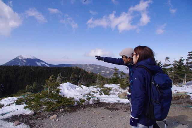 画像: 山頂から見える山並みを一つ一つ説明していただきました