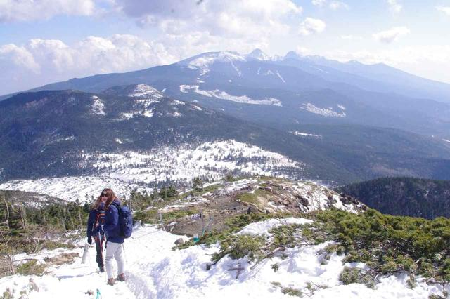 画像: いよいよ北横岳山頂へ!広がる八ヶ岳ブルーの眺望