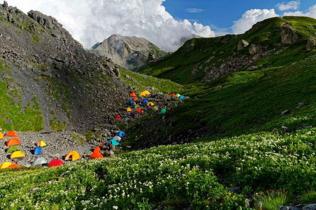 画像: テント泊での日本アルプス縦走。 山小屋泊に比べて費用は抑えられる代わりに、テント・食糧・炊事道具・寝具などを全て自分で背負わないといけないため、かなりの重装備で歩く体力も必要とされる。