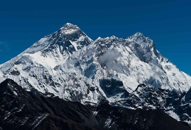 画像: 世界第4位の高峰・ローツェ(右)左奥は世界最高峰・エヴェレスト(イメージ)