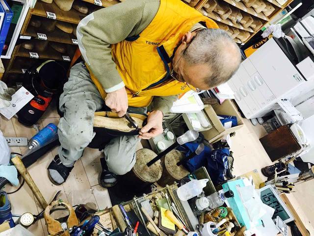 画像: 工場長の手仕事を見学させていただきました