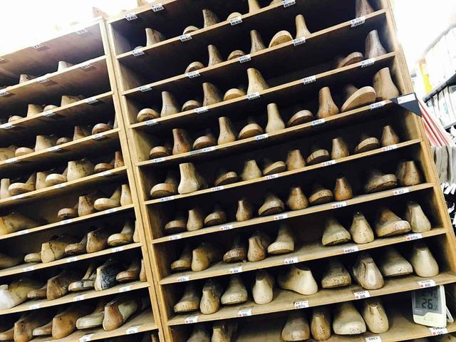 画像: 棚にズラっと並んだ木靴