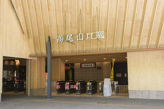 画像: 普段は静かな改札が人であふれかえり、通勤ラッシュの新宿駅さながらの光景が展開されます…。