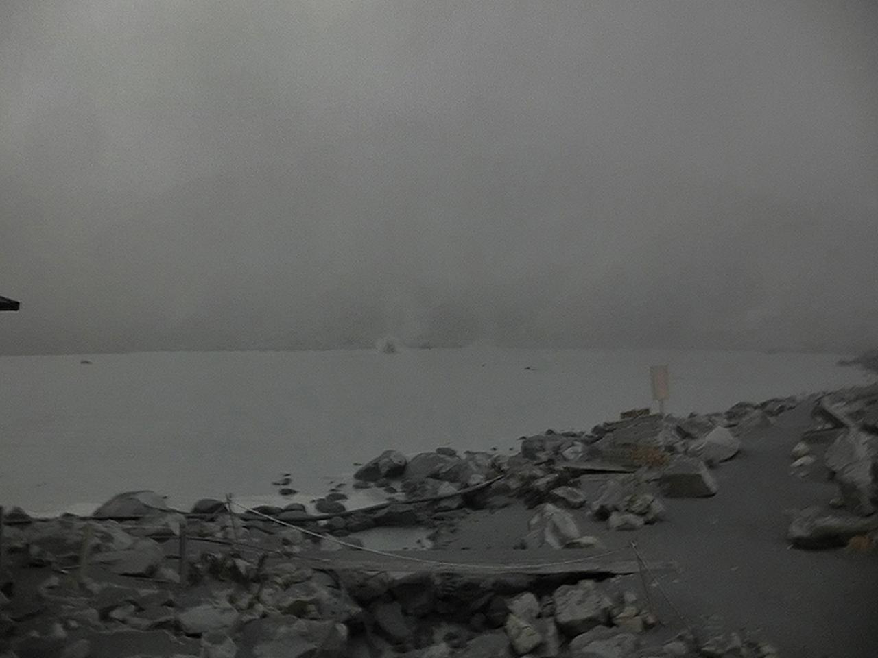 画像: 火山灰に覆われてモノクロームの世界に変わった噴火直後の山頂付近