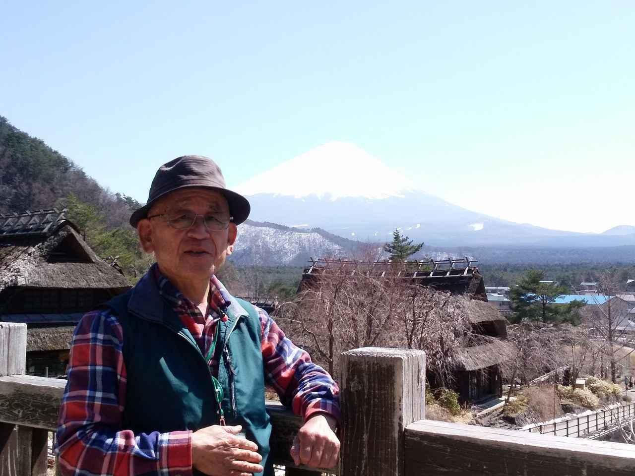 画像: 佐藤育夫講師と富士山(西湖いやしの里根場にて) ※富士山すそ野ぐるり一周ウォーク第15回