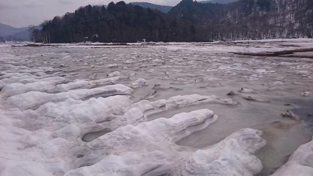 画像: 尾瀬ヶ原では雪が溶けかけ・・・スリリングなハイキング