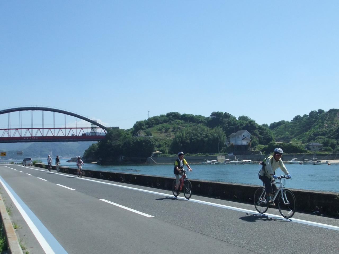 画像: 海岸線沿いをサイクリング