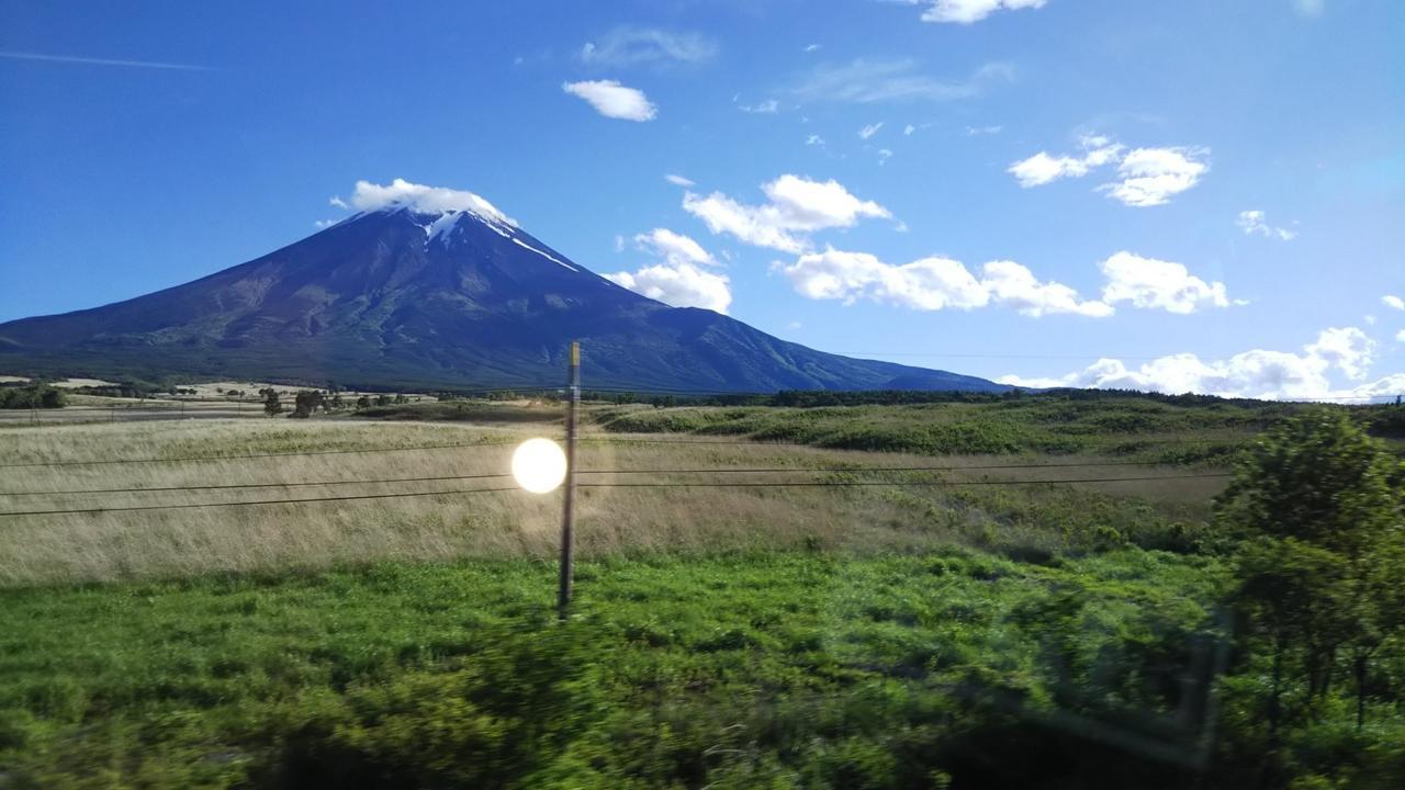 画像: 忍野村から眺める富士山