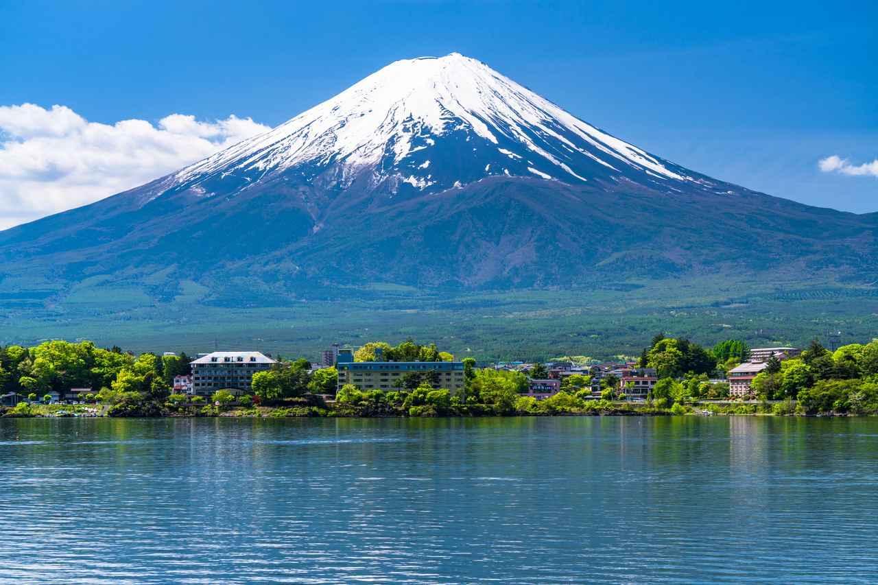 画像: 河口湖で眺める富士山