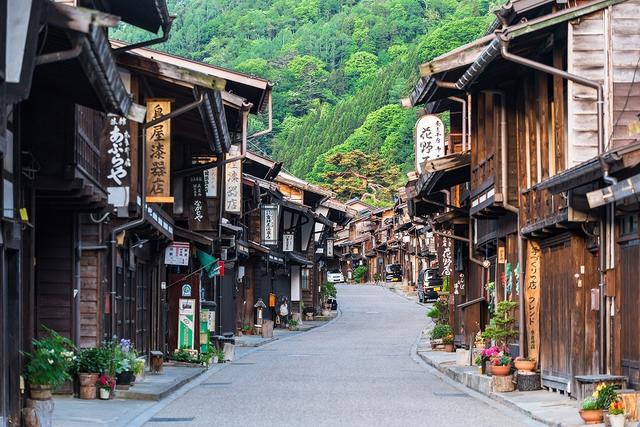 画像: 奈良井宿。次の難所・鳥居峠越えの前に休む旅人たちでにぎわいました。