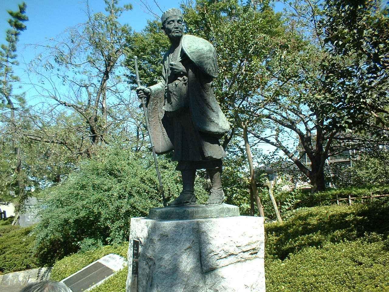 画像: 草加にある芭蕉像。弟子の曾良と一緒に草加の宿場を歩いたそうです。