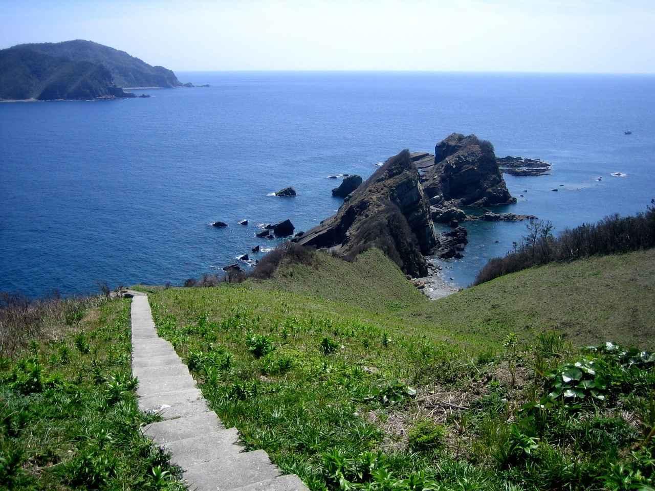 画像: 鳥ノ巣山展望所(下甑島の北端に位置する絶景スポット。上甑島と下甑島の「甑架橋の工事」風景が見えます)
