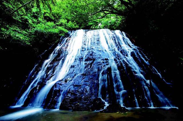 画像: 瀬尾観音三滝(下甑島の南側に位置するパワースポット。マイナスイオンを感じてみてください。)