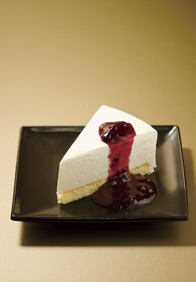 画像: レアチーズケーキ(イメージ) 濃厚かつ爽やかな風味とブルーベリーの相性が抜群のケーキです! この他にも数種類のケーキの中から1つをお選びいただけます。 本当においしいです…私は上高地に行ったら必ず食べるほど大好きです!