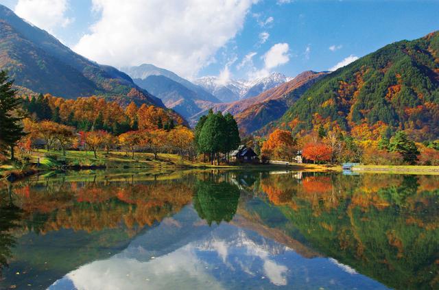 画像: 駒ヶ池…まるで絵に描いたような絶景ポイント!晴れていると水面に木曽駒ケ岳の姿が鏡のように映ります。 写真撮影やスケッチを楽しまれている方もたくさんいらっしゃいます。