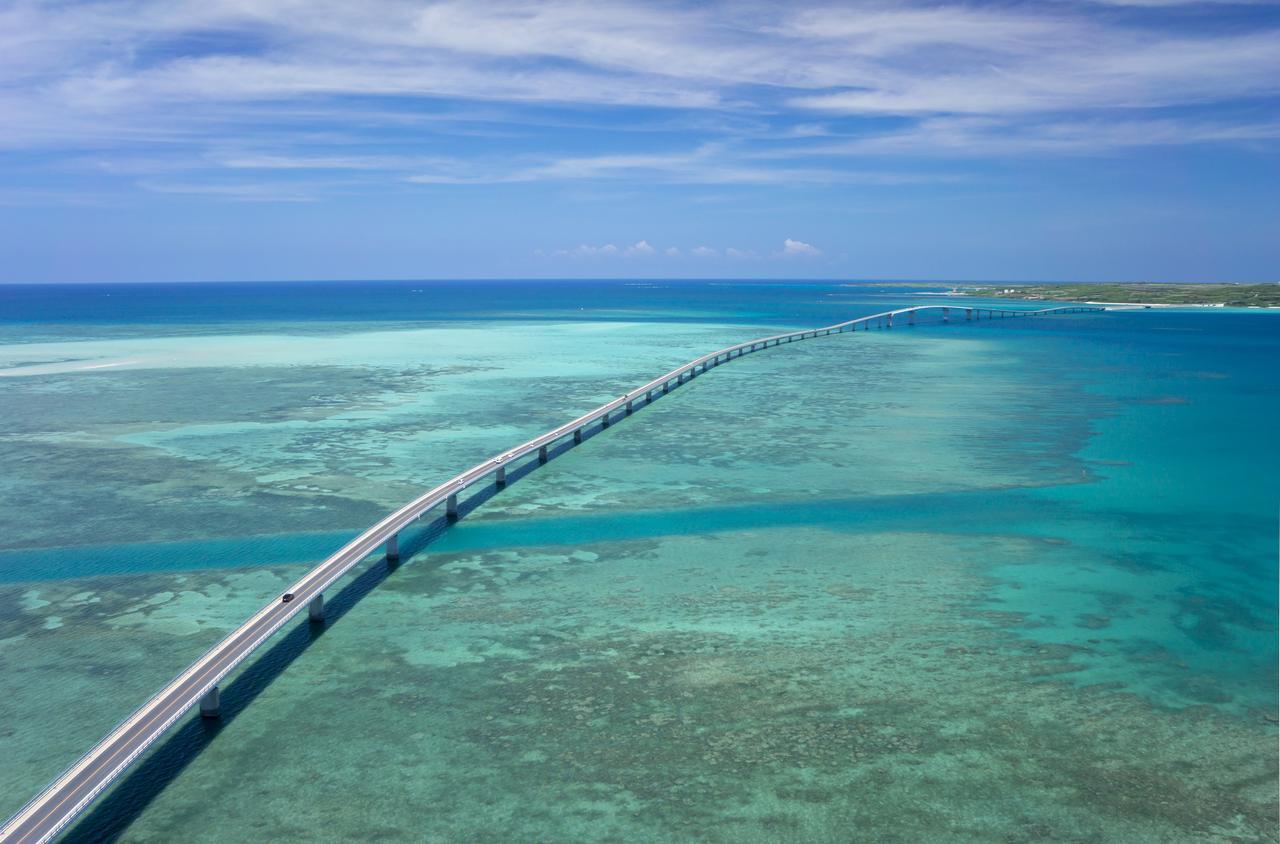 画像: 2015年1月に開通した伊良部大橋 全長3,540メートルと無料で渡ることのできる橋では日本一の長さを誇ります。 画像提供:一般社団法人 宮古島観光協会