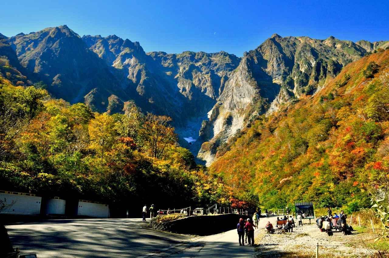 画像: 10月下旬は一ノ倉沢から間近に望む紅葉に染められた谷川岳を望みます