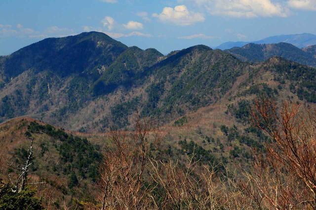 画像: 雲取山山頂から見る飛龍山