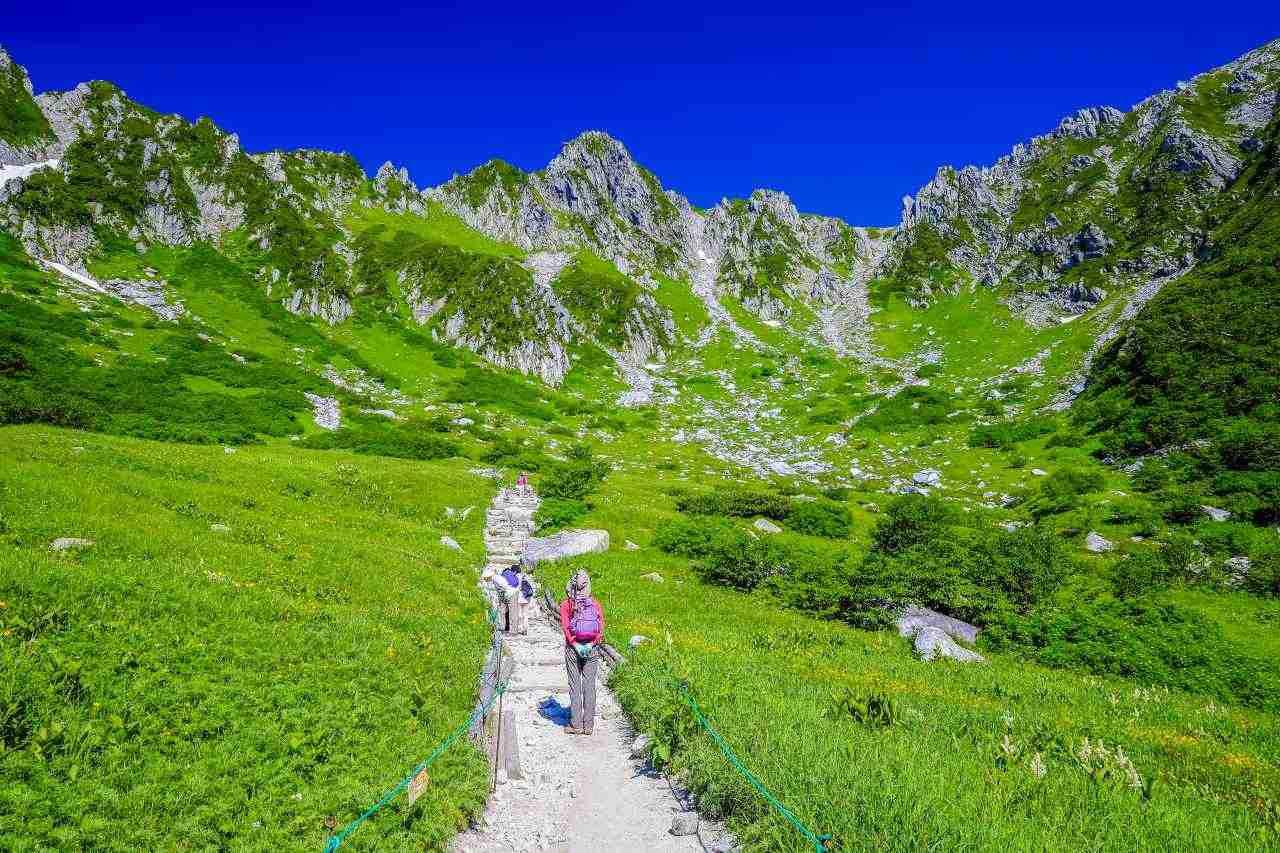 画像: 登山は山頂を目指すため標高差の大きな山歩きになります 写真は木曽駒ケ岳