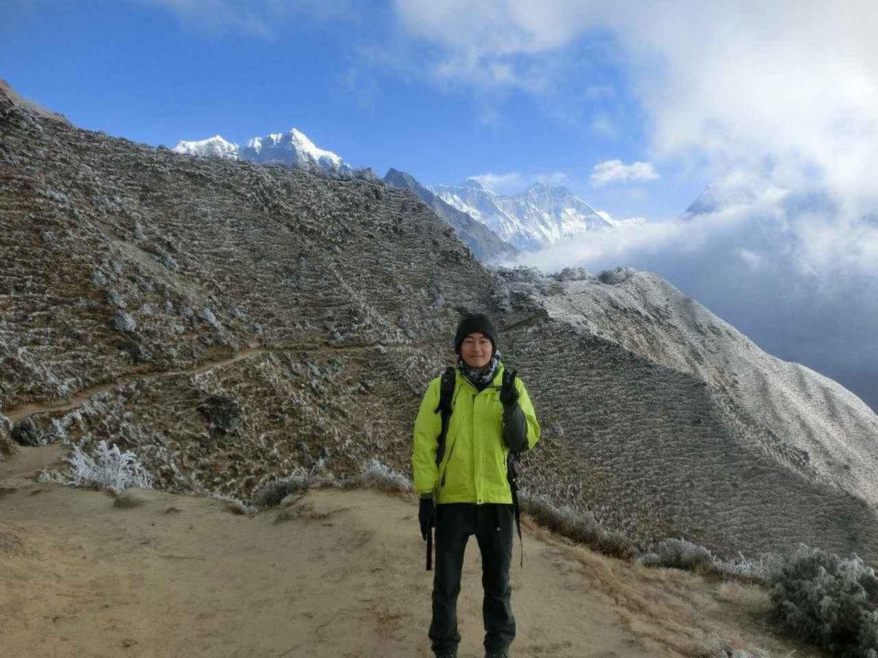 画像: ネパール・エベレストをバックに 振り返ると山の思い出は黄色い雨具と常に一緒でした