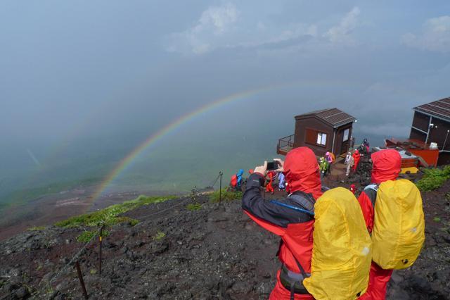 画像: 必ず山用の雨具を用意しましょう