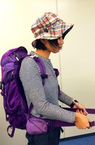 画像: 腰ベルトを締める