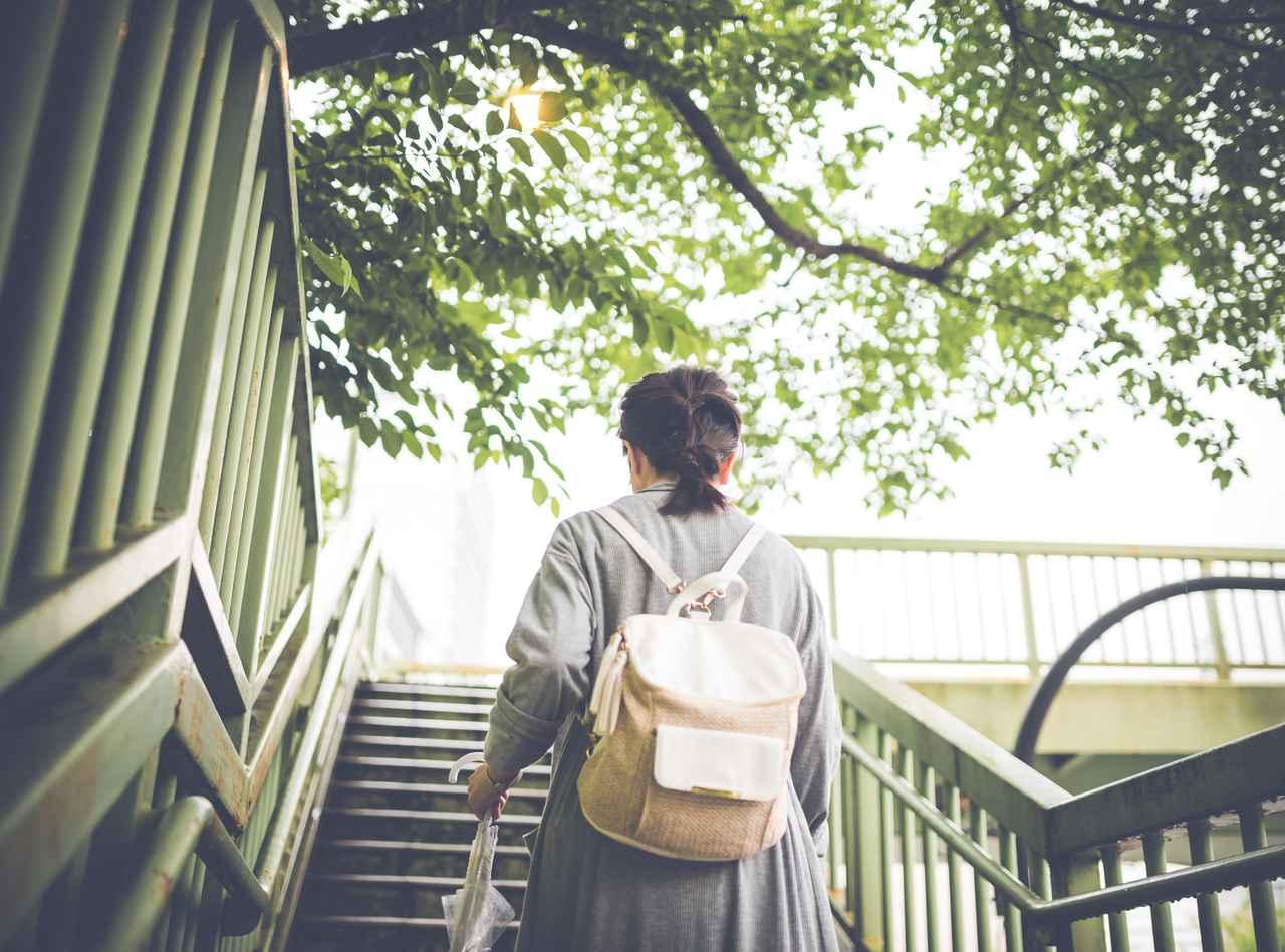 画像: 街用リュックでも両手は空きますが、長時間山道を歩くには不適です