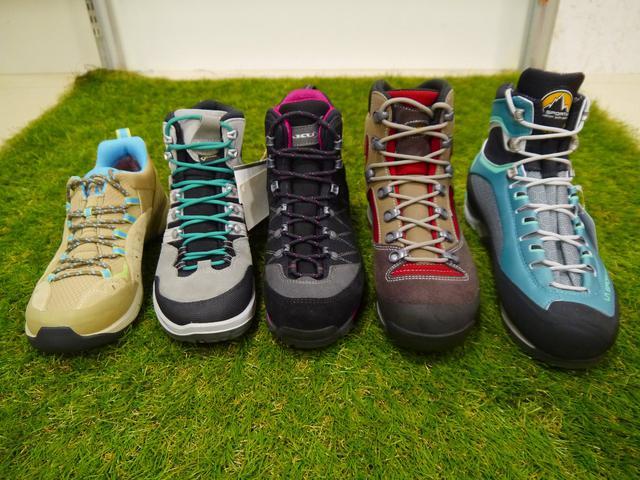 画像: 写真の真ん中あたりの靴がミドルカットになります