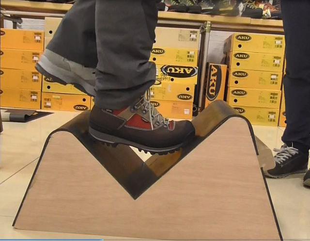 画像: 不安定な足場でも固い靴は靴底が曲がりません