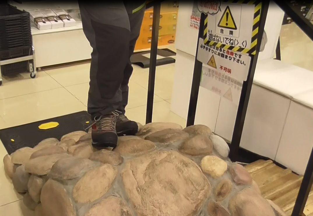 画像: 多くの登山用品店にある坂道を再現した台
