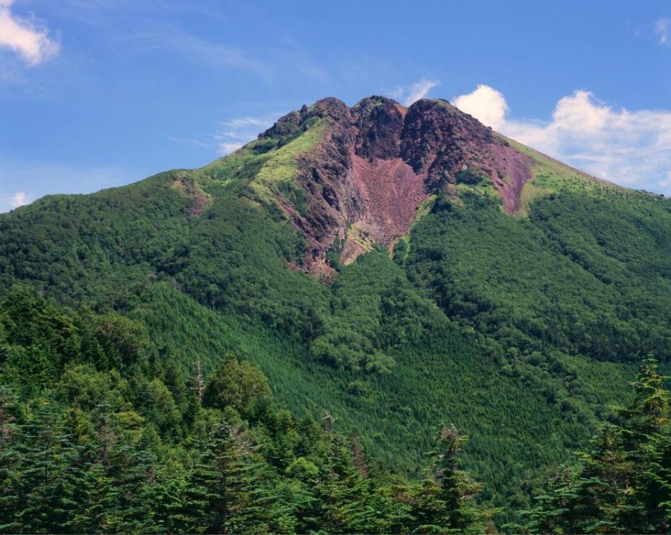 画像: ロープウェイ駅から山頂を目指します