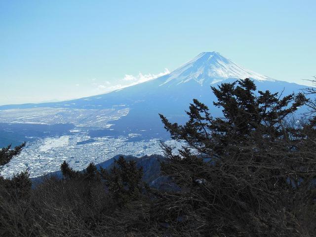 画像: 冬の雪をかぶった富士山の絶景