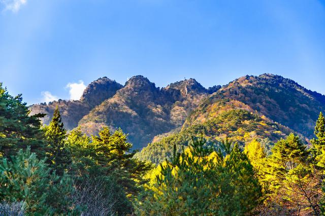 画像: 三つの峠を持つ三ツ峠の山容