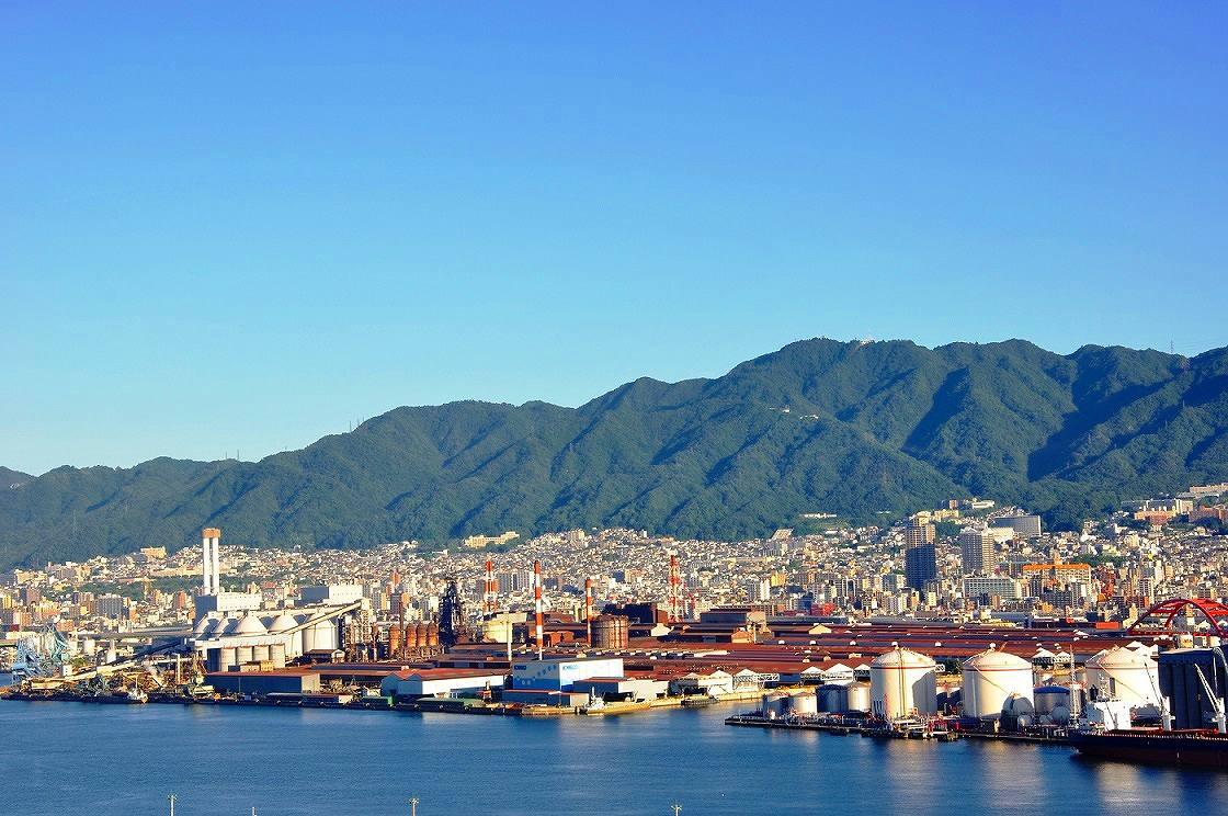 画像: 神戸の街の背後にそびえる六甲山