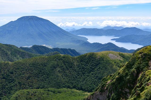 画像: 山頂付近から見る男体山と中禅寺湖