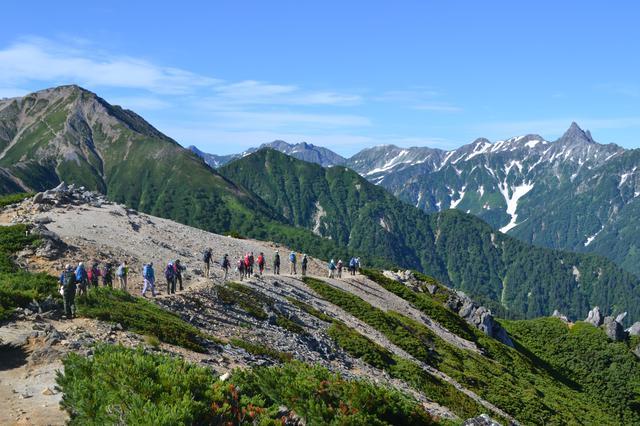 画像: 北アルプスの絶景の中を歩く登山ツアー