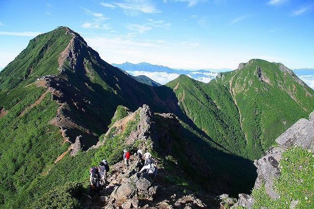 画像: 左奥の山頂から手前の山頂まで連なっている部分が尾根になります。