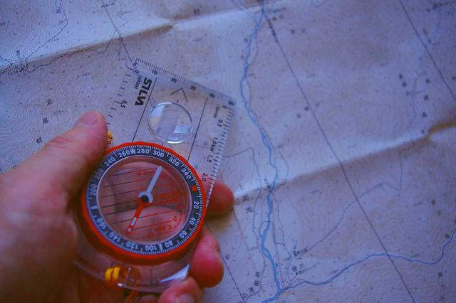 画像: コンパスと地図を使用して自身の位置を把握しながら進みます