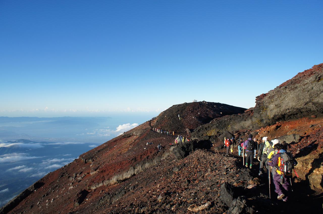画像: 森林限界より標高の高い富士山の山頂
