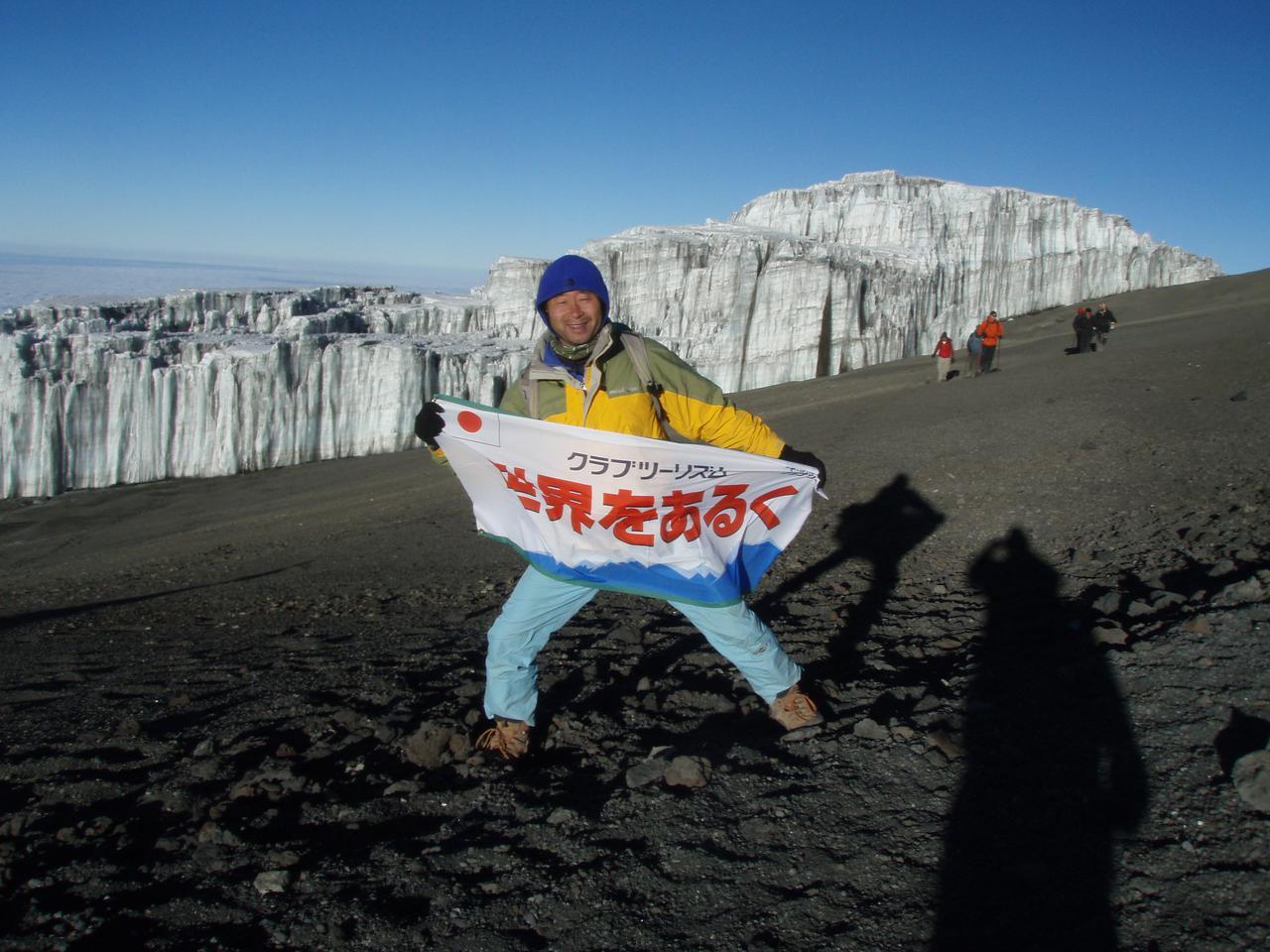 画像: 黄色いハードシェルジャケット ※キリマンジャロ山頂の氷河にて