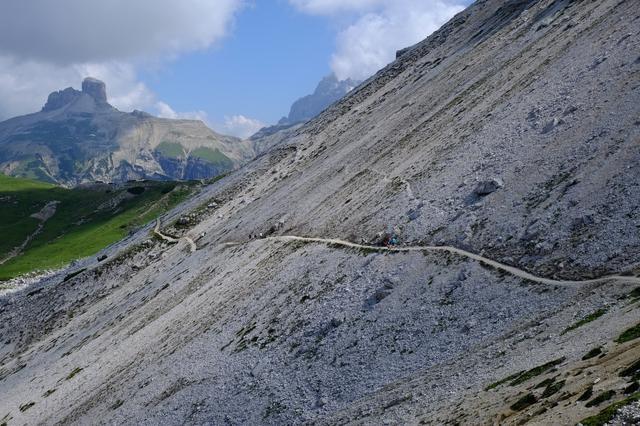 画像: 山頂まで直線に登るのが難しい場合トラバースルートが敷かれていることが多いです