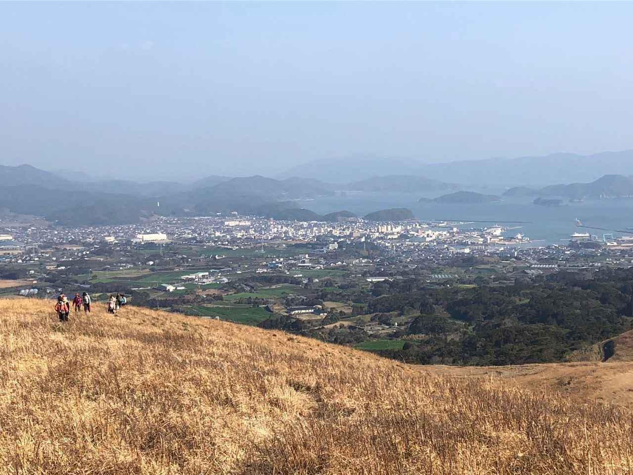 画像: ↑ 鬼岳山頂からの風景。五島列島の島々を一望できます。