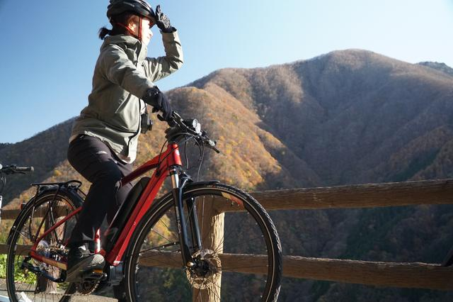 画像: 電動アシスト付き自転車を使ってサイクリング