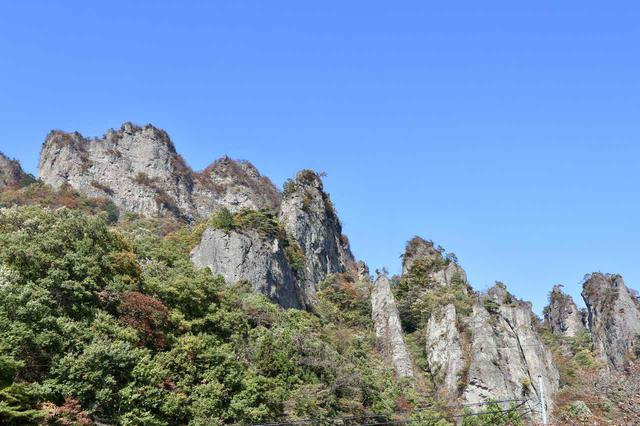 画像: 奇岩・岩壁が立ち並ぶ景色