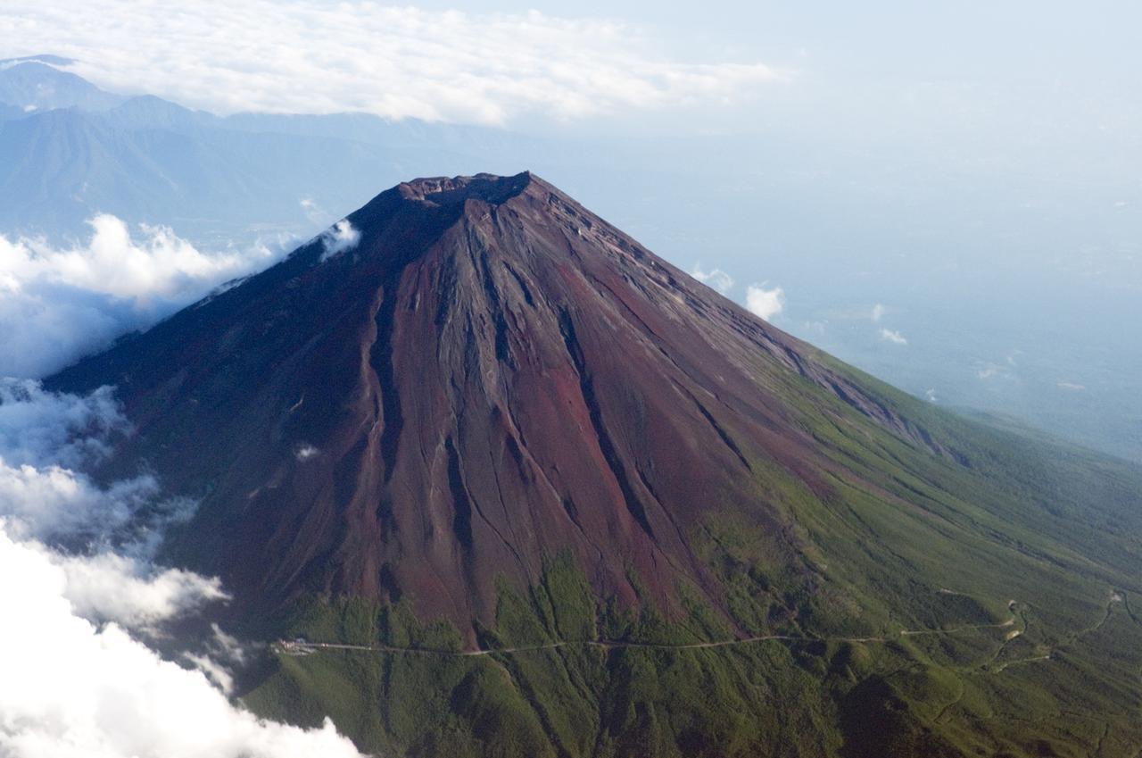 画像: 一般的には夏の時期しか登れない富士山