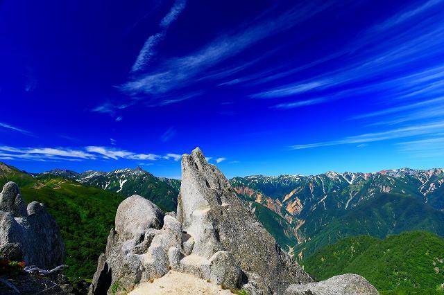 画像: 燕岳のイルカ岩と槍ヶ岳・裏銀座の山々